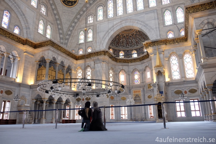 Weg vom Trubel Istanbuls - die helle und ruhige Prinzenmoschee.
