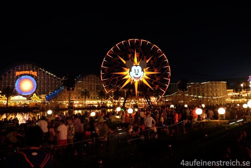 Auch bei Nacht ist immer viel los im Disneyland California