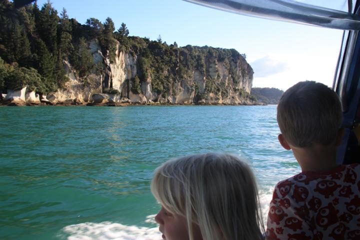 58GradNord - Elternzeit in Neuseeland - Kids on boat