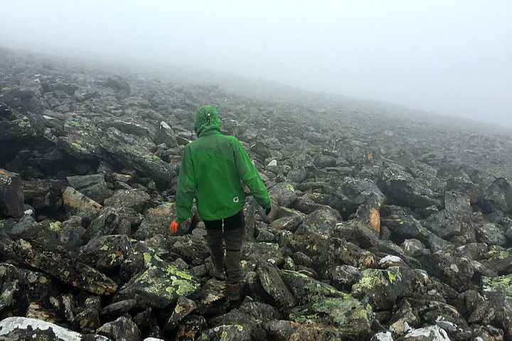 58 Grad Nord - Gipfelbesteigung mit Kind - Helgas - Abstieg im Dunst