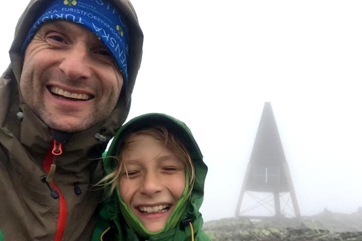58 Grad Nord - Gipfelbesteigung mit Kind - Helgas - Am GIpfel angekommen