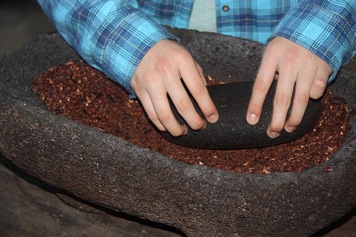 Grobes Mahlen der Kakaobohnen