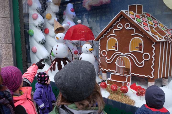 Die Weihnachtsschaufenster bei NK in Stockholm