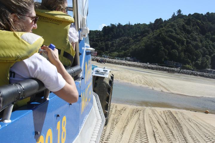 58GradNord Abel Tasman Mit Kindern wandern Wassertaxi auf Traktor