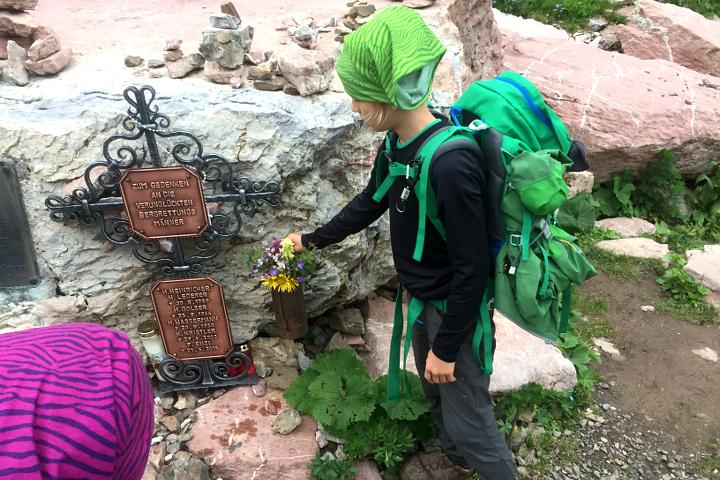 58GradNord - Karnischer Höhenweg - Blumen für die Toten.