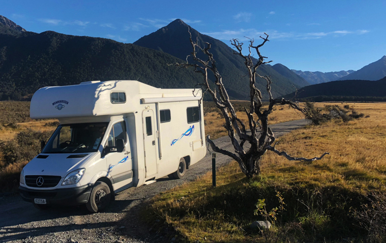 58 Grad Nord - Neuseeland im Herbst - Campervan on Gravel Road