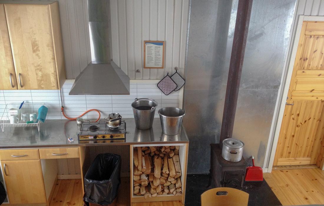 58 Grad Nord -Skiwandern mit Kindern in Lappland - Küche in der Fj'ällhütte