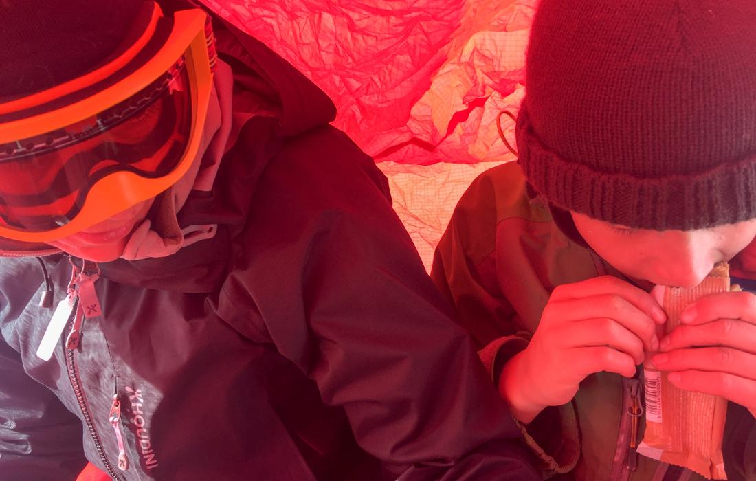 58 Grad Nord -Skiwandern mit Kindern in Lappland - Mittagspause im Windsack