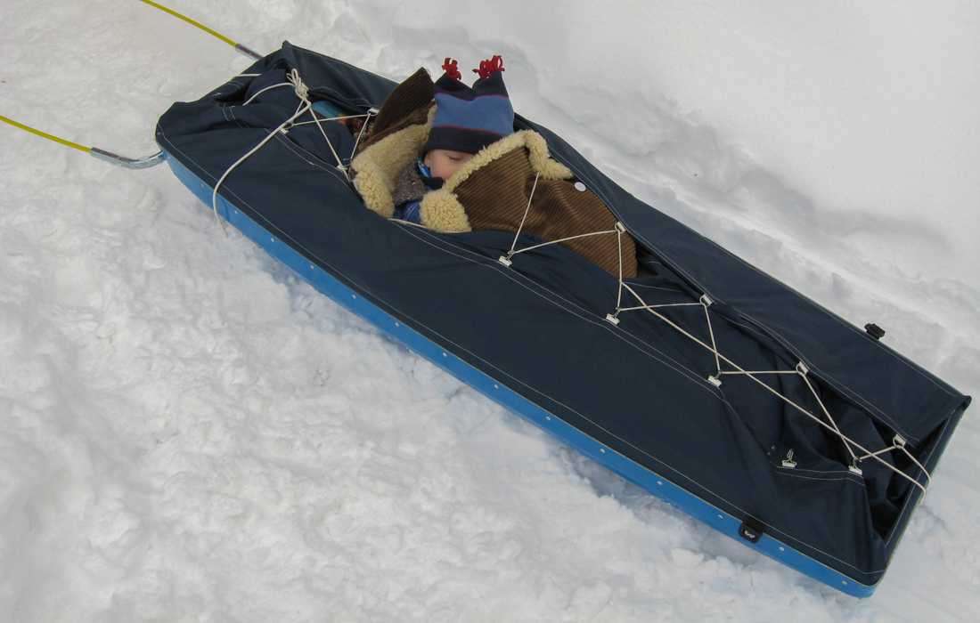 58 Grad Nord -Skiwandern mit Kindern in Lappland - Transportpulka und Kind