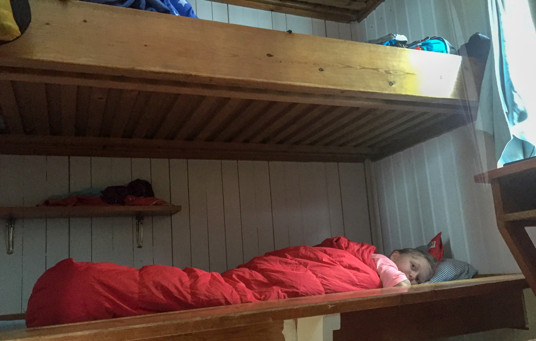 58 Grad Nord -Skiwandern mit Kindern in Lappland - Bett in der Fjällhütte