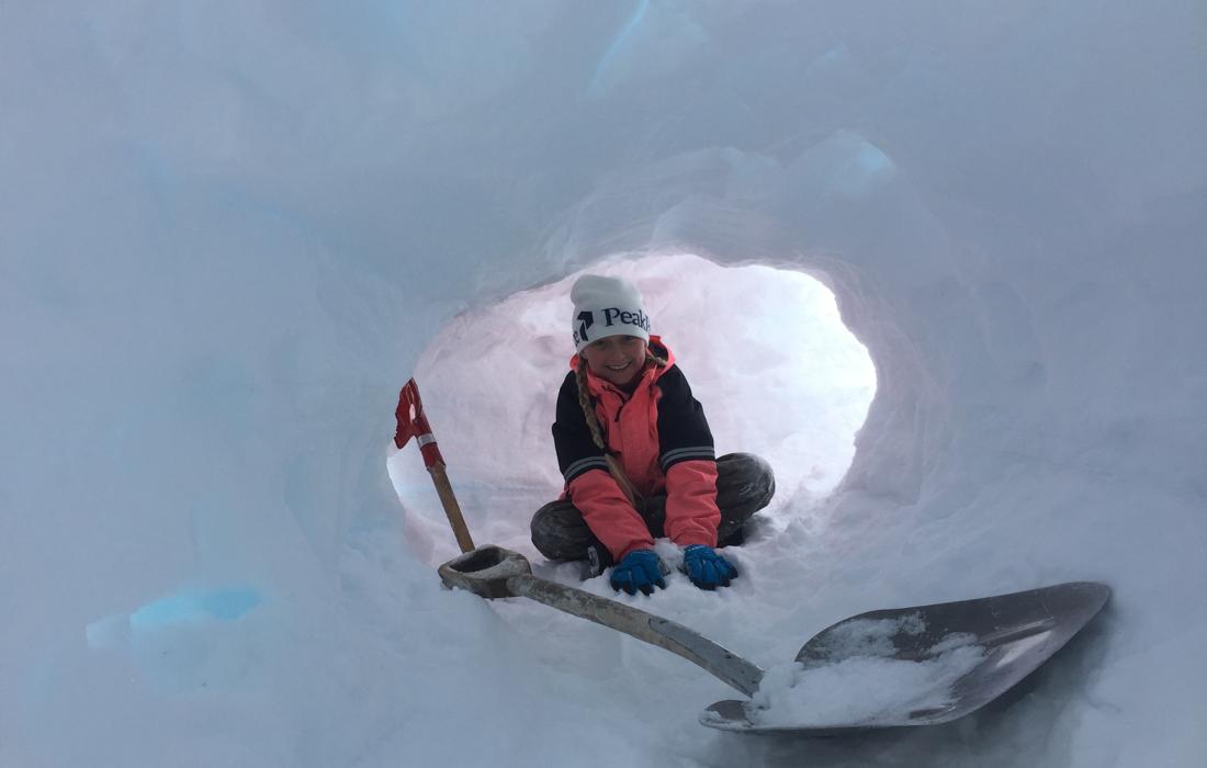 58 Grad Nord -Skiwandern mit Kindern in Lappland - Schneehütte bauen