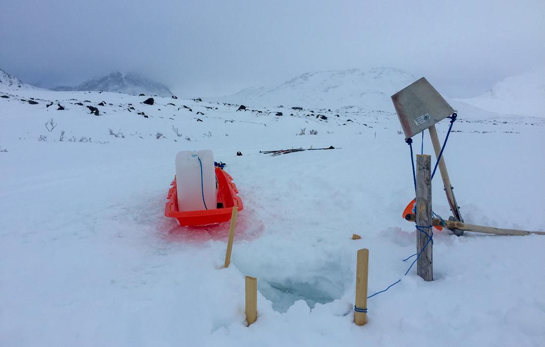 58 Grad Nord -Skiwandern mit Kindern in Lappland - Wasser holen