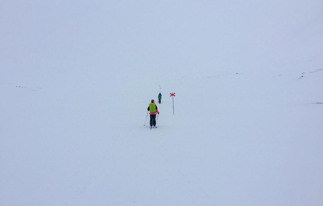 58 Grad Nord -Skiwandern mit Kindern in Lappland - Kungsleden Wegmarkierungen bei schlechter Sicht