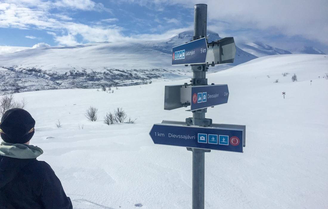 58 Grad Nord -Skiwandern mit Kindern in Lappland - Kungsleden Wegschilder auf Samisch