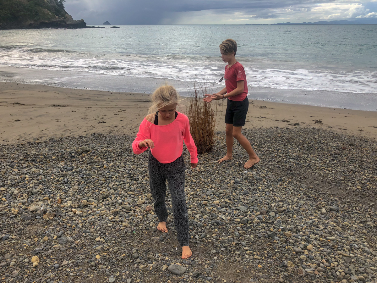 58 Grad Nord - Coromandel Coastal Walkway - Kids on the beach